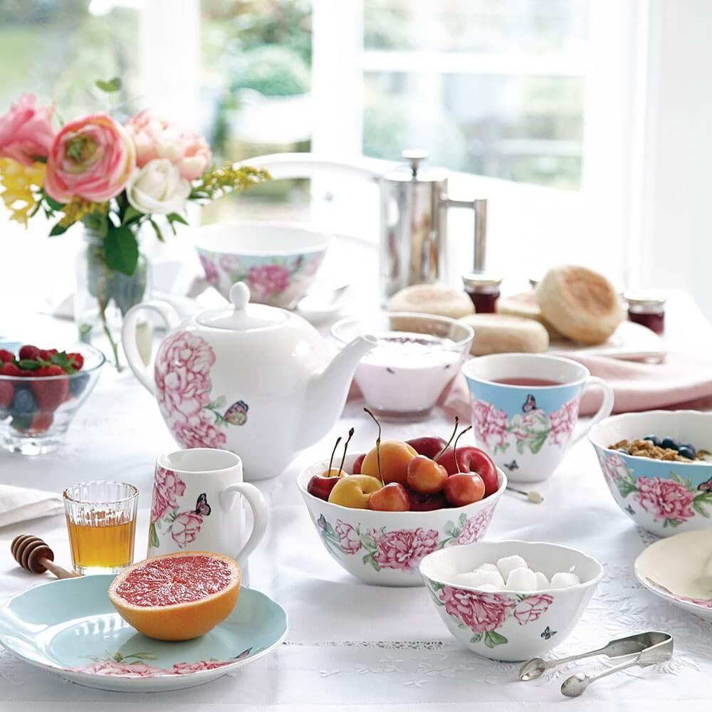 Petit déjeuner dans une vaisselle anglaise
