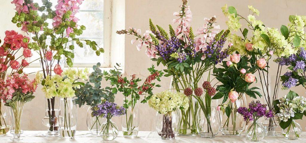 Bouquets printaniers en vases sur une table