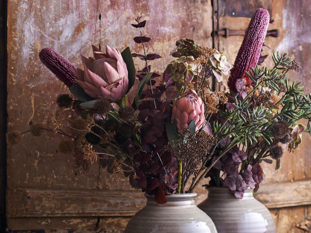Bouquets en vases avec Protea