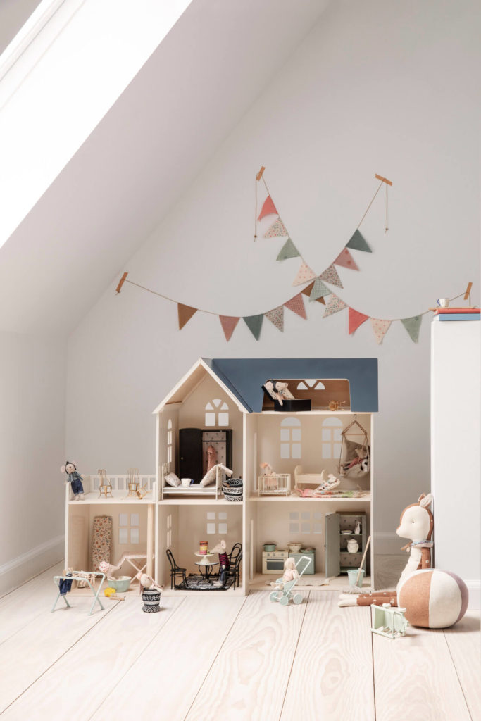 Maison de poupée Maileg dans une chambre d'enfant